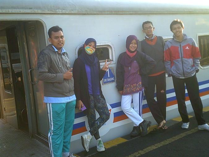 dari kiri ke kanan: Eka, Reni, Kartini, Abu, Azzam